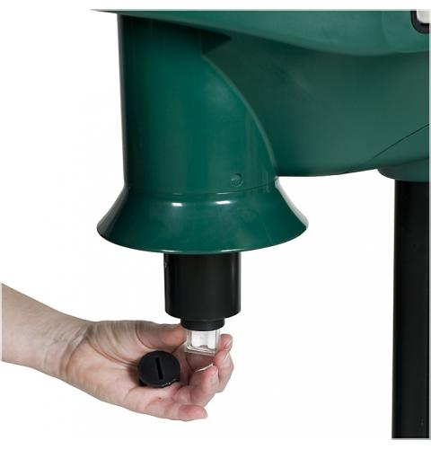 Процесс замены приманки октенола в ловушках Mosquito Magnet